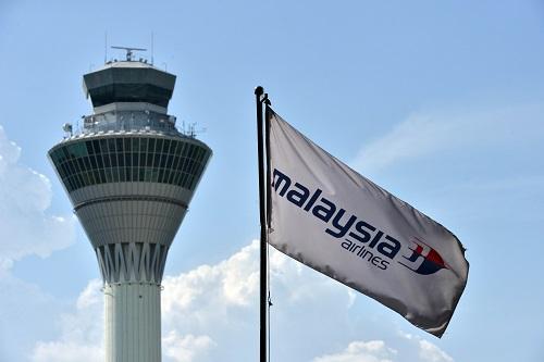 3月8日,在马来西亚雪邦吉隆坡国际机场,马航旗帜在控制塔外飘扬。新华社发