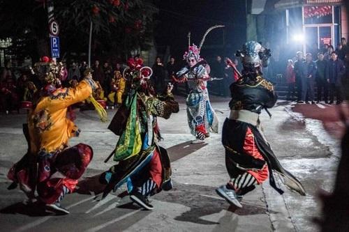 社火队在陕西省陇县的一个广场进行表演。(法新社)
