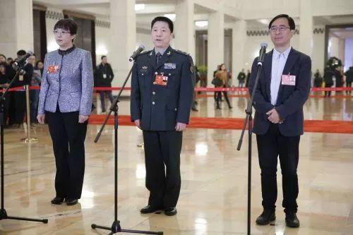 """全国政协委员杨利伟(中)、潘建伟(右)、赵红卫在""""委员通道""""接受采访。"""