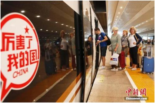 """中国完全自主知识产权的高铁列车""""复兴号""""2017年6月首发,时速350公里列居世界第一。殷立勤 摄"""