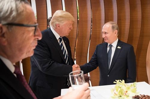 2017年7月7日,在德国汉堡,俄罗斯总统普京(右)、美国总统特朗普(中)与欧盟委员会主席容克出席二十国集团(G20)峰会。