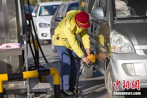 材料图:山西太原,车辆正在加油站加油。中新社记者 张云 摄