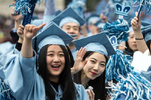 2016年5月18日,在美国纽约,几名中国留学生参加哥伦比亚大学毕业典礼。新华社记者 李木子 摄