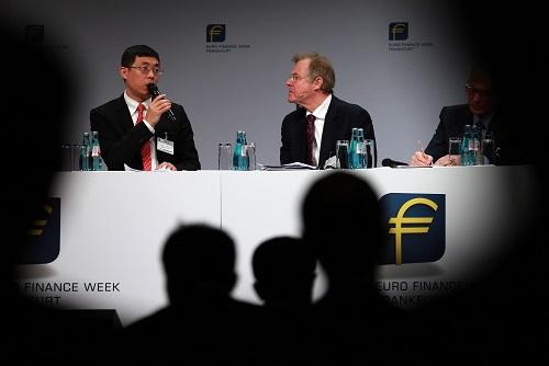 """11月16日,在第19届法兰克福欧元金融周的""""中欧银行日""""活动中,与会嘉宾重点围绕中德及中欧如何在""""一带一路""""、人民币国际化等方面加强合作展开讨论。 (新华社记者罗欢欢摄)"""