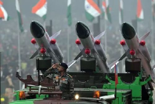 """▲1月26日,印度在新德里举行的共和国日阅兵式上展示""""天空""""地对空导弹。(法新社)"""