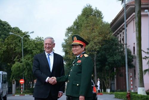 资料图:越南国防部长吴春历欢迎美国国防部长马蒂斯来访。