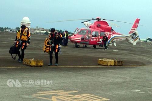 """台湾""""空勤总队""""黑鹰直升机失联,7日上午直升机再度载运潜水人员海底搜寻,仍无所获,飞航安全调查委员会召集相关人员,将商讨租船进行海底探测事宜。图片来源:台湾""""中央社""""。"""