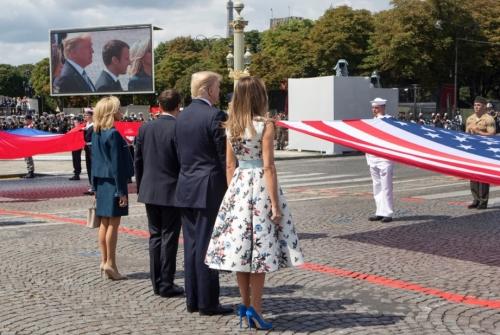 特朗普与马克龙在2017年7月观看阅兵仪式(来源:法新社)