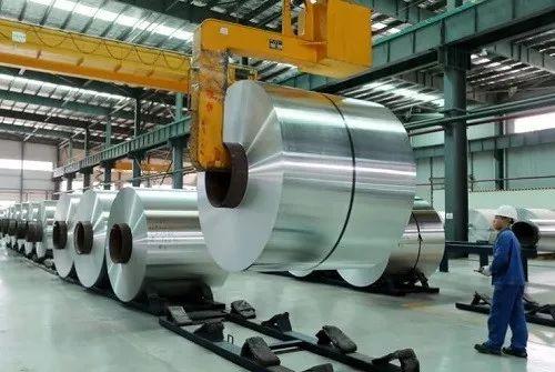 ▲中国安徽濉溪一家铝厂的工人正在操作搬运铝产品。(美国雅虎新闻网站)