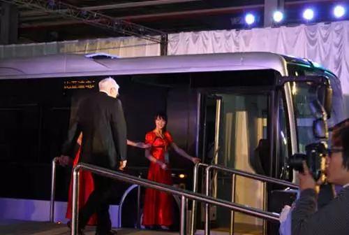 巴菲特成为比亚迪纯电动客车K9首名乘客
