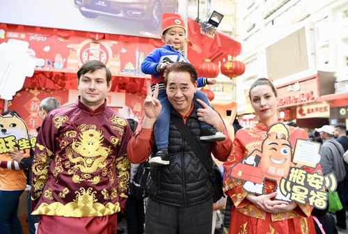 两位俄罗斯留学生来广州体验中国传统节日。陈忧子 摄