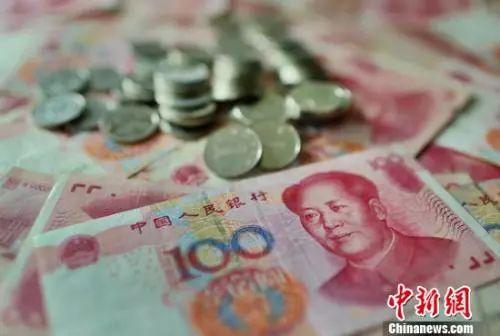 个税改革事关钱袋子。资料图。中新社记者 泱波 摄