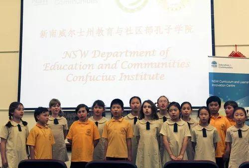 资料图片:2011年11月28日,小学生们在悉尼新南威尔士州教育与社区部孔子学院揭牌仪式上演唱中国和澳大利亚国歌。