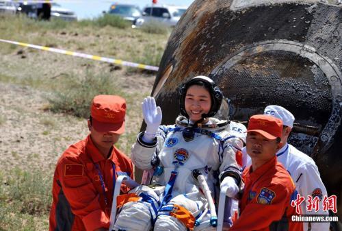资料图:航天员刘洋出舱后挥手致意。中新社发 李靖 摄