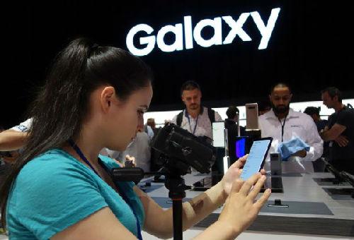8月23日,在美国纽约,媒体从业人员在发布会上使用三星盖乐世Note8手机。(新华/法新 )