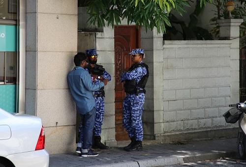资料图片:2月7日,在马尔代夫马累国际机场,安全人员在街头执勤。记者 朱瑞卿 摄