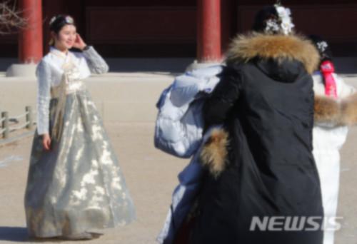 中国游客在韩国景点拍照(资料图)