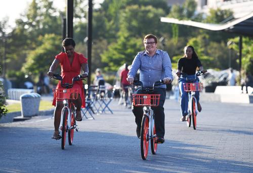 材料图片:9月20日,在美国首都华盛顿,人们试骑摩拜单车。u乐娱乐记者 殷博古 摄