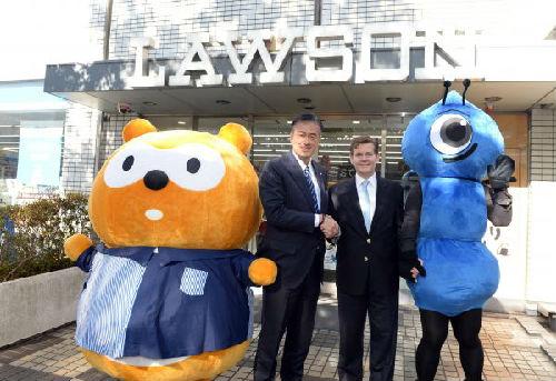 2017年1月23日,在日本东京的一家罗森便利店,罗森集团董事长兼首席执行官玉�V元一(左二)和蚂蚁金服集团高级副总裁道格拉斯・费金(右二)与双方吉祥物人偶合影。日本大型便利店连锁企业罗森集团和中国蚂蚁金融服务集团当天联合发布,从24日起,罗森遍布日本全国的1.3万家店铺将全部接入支付宝。(新华社)
