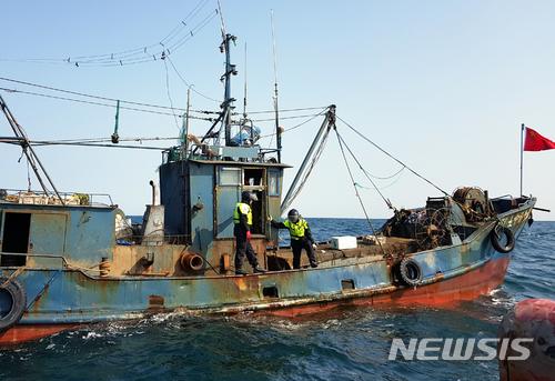 韩国西部海域渔业管理团人员对中国渔船进行检查 (图片来源:News1通讯社)