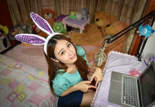 资料图片:网络主播燕子在自己的房间内上线直播(2015年4月28日摄)。新华社记者 刘大伟 摄