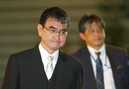 2017年8月3日,在日本东京,作为新任外务大臣的河野太郎抵达首相官邸。新华社/美联