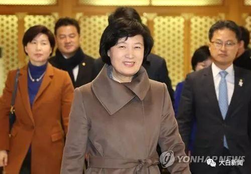 11月30日,共同民主党党首秋美爱现身首尔金浦机场。(韩联社)