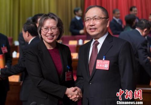 1月29日,黄晓薇当选山西省政协主席。图为黄晓薇与山西省政协原主席薛延忠。武俊杰 摄