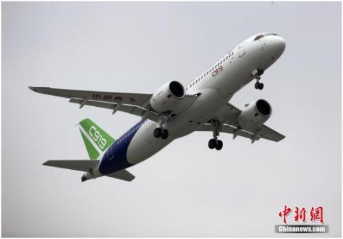 2017年5月5日,首架国产大飞机C919在上海浦东机场4号跑道成功起飞。杨骏 摄
