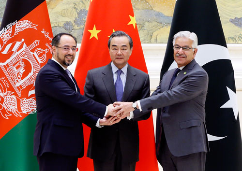 资料图片:2017年12月26日,首次中国-阿富汗-巴基斯坦三方外长对话在北京钓鱼台国宾馆举行。外交部长王毅主持对话,阿富汗外长拉巴尼、巴基斯坦外长阿西夫出席。(图片来源:外交部网站)