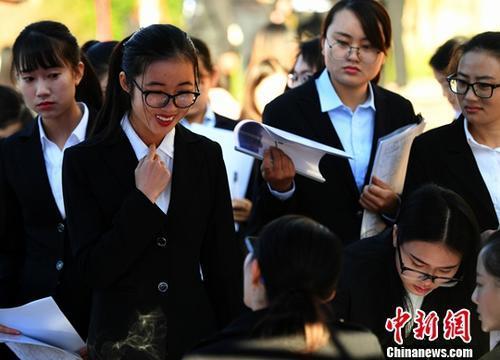 资料图:招聘会。中新社记者 李进红 摄