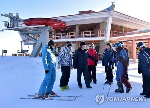 韩国选手团赴朝训练 一行40多人抵马息岭滑雪场