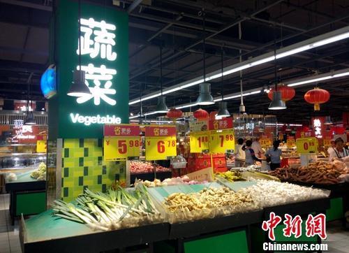 资料图:超市里的蔬菜区。中新网记者 李金磊 摄