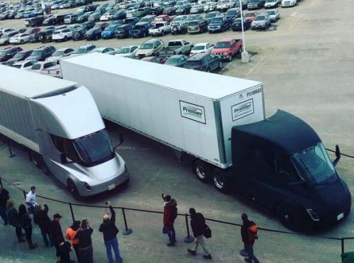 特斯拉电动卡车Semi首次开工 一银一黑搬运电池组
