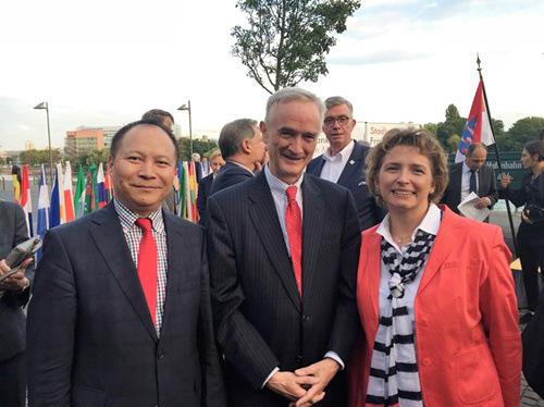 杨明先生在中国发起德欧中心项目,得到德国经济部企业界的热忱支持。