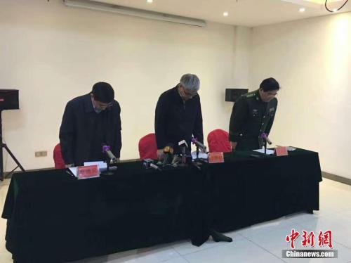 """资料图:2016年11月24日,在江西省丰城电厂""""11·24""""事故新闻发布会上,李贻煌(中)向事故罹难者默哀。 王剑 摄"""