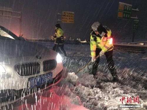 资料图:雅西高速路段交警雪中帮助受困车辆脱险。 雅西交警 供图