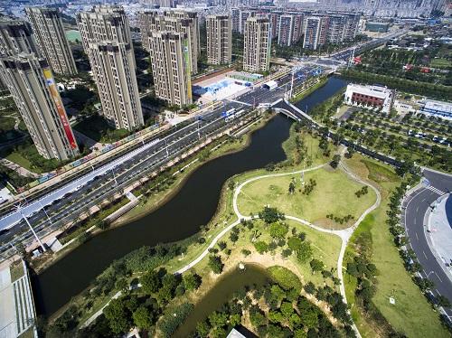 福州海绵城市建设项目——福州海峡奥体中心雨水花园已经建成并发挥功能,该项目为下沉式绿地雨水花园,能使雨水充分渗透蓄积。新华社记者 林善传 摄
