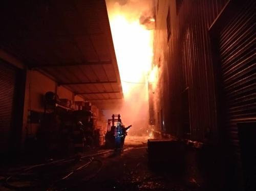 台湾彰化一家工厂发生火灾 已扑灭无人员伤亡