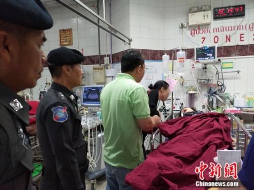 3月3日,中国驻清迈副总领事潘瑾(俯身者)赴医院看望受伤中国游客。中国驻清迈总领馆供图