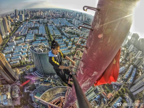 """资料图:自称国内""""高空挑战第一人""""的吴咏宁。图片来源 吴咏宁微博"""