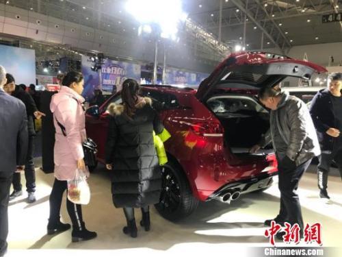 资料图:新疆冬季车展。 迪娜 摄