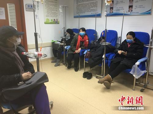 资料图:北京大学人民医院发热门诊内坐满患者。 中新网记者 马学玲 摄