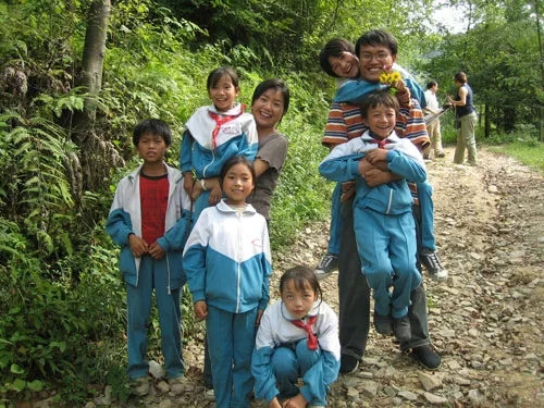 徐本禹和贵州的孩子们在一起。
