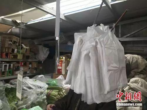 北京市朝阳区某菜市场内,依然存在着供顾客免费使用的塑料袋。 冷昊阳 摄