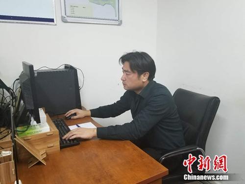 """三民警对监控敬礼成网红 称""""走红的是人民公安"""""""