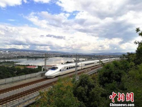 资料图:列车运行在云岭大地。中国铁路昆明局集团有限公司供图
