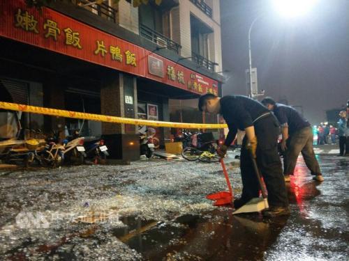 """2月1日晚,台湾地区高雄市小港区一家便当店发生瓦斯气爆,造成16人受伤送医。图片来源:""""中央社"""""""