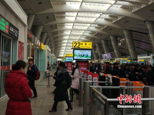 2月2日,春运第二日,北京南站检票口前大量乘客排队候车。中新网 李金磊 摄