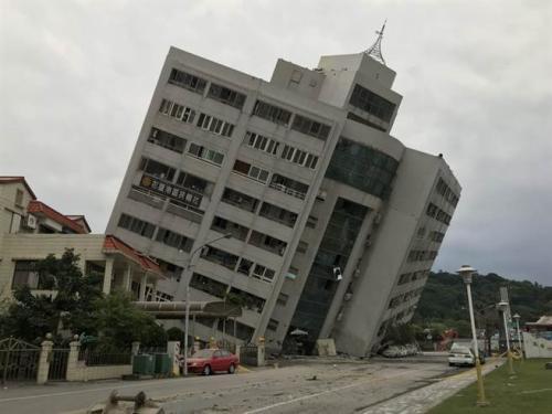 台湾花莲地震173人失联 云门翠堤大楼地下室起火